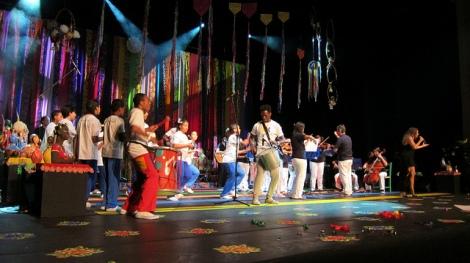 Daniela Mercury on stage with Toca Zezinho and Arrasta Lata