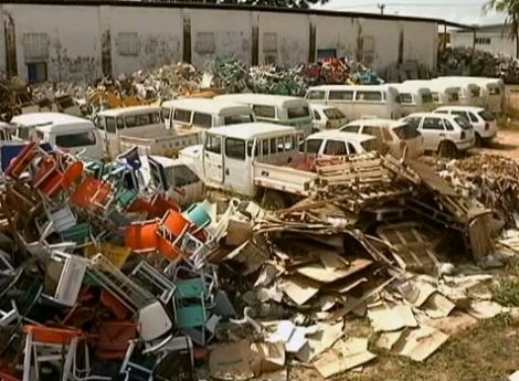 Material escolar e uniformes são abandonados em São Luis (MA)
