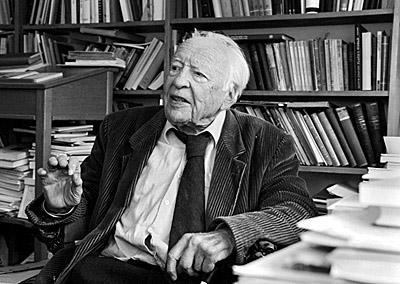 Prof. Hans-Georg Gadamer in seinem Heidelberger Arbeitszimmer